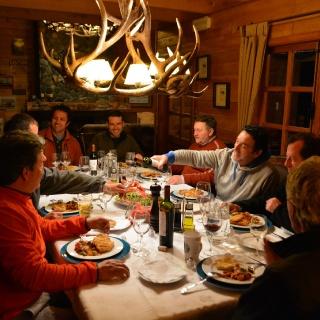 Fin de la jornada de pesca y hora de cena en Lodge de Rosselot