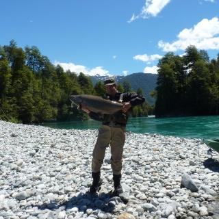 Pesca de chinooks a orillas del Puelo