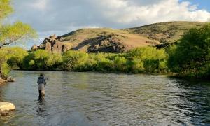 Río Malleo con caña de Spey, Junin de los Andes, Neuquen , Argentina